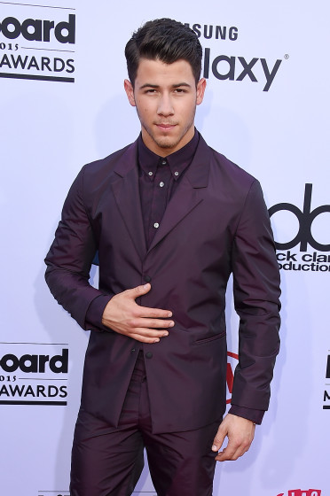 Nick-Jonas-purple-suit-Billboard-Music-Awards-red-carpet-372x560